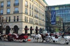 Estilo tirado cavalos de Alemanha do transporte de Baviera em Berlim, Alemanha Foto de Stock
