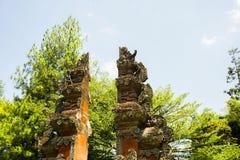Estilo tradicional de la puerta de Bali con luz del sol en el verano y el fondo verde del árbol - foto Indonesia Bogor imagenes de archivo