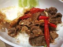 Estilo tradicional tailandés de la comida de la carne de vaca del lomo sofrito de la tira y del huevo frito picante y imagenes de archivo