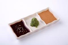 Estilo tres de la salsa del buta en el plato de la salsa aislado en el backgr blanco Imagenes de archivo