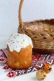 Estilo ucraniano do kulich tradicional do bolo de easter com os ovos coloridos na toalha pintada Imagem de Stock Royalty Free