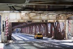 Estilo urbano: Taxi en el puente Imágenes de archivo libres de regalías
