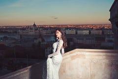 5a503e290 Estilo y peinado del modelo de moda Mujer en el vestido de boda blanco en la