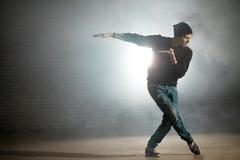 Estilos de mezcla del hombre de la danza Movimiento del ballet en la danza de la calle Fotos de archivo libres de regalías