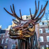 Estimado de elementos aherrumbrados del metal Esculturas famosas del centro de ciudad de Amsterdam Imagen de archivo