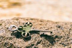 Estime perdido chave na rocha na praia Fotografia de Stock