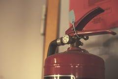 Estintore con l'odometro di pressione nella stanza grigia Fotografie Stock Libere da Diritti