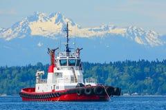 Estinzione di incendio, nave che tratta rimorchiatore Fotografia Stock