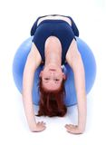 Estiramento bonito da parte traseira do adolescente sobre a esfera do exercício Fotografia de Stock Royalty Free