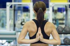Estiramento da ioga na ginástica Imagens de Stock Royalty Free