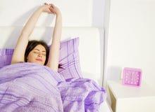 Estiramento da manhã Apenas pouco mais tempo na cama Imagem de Stock Royalty Free