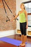 Estiramento de Pilates com barra em casa Fotos de Stock Royalty Free