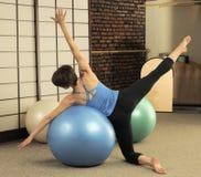 Estiramento de Pilates em esferas do exercício fotografia de stock royalty free