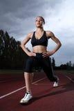 Estiramento do warm up do atleta em trilha running do atletismo Fotos de Stock Royalty Free