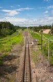 Estiramentos da estrada de ferro ao horizonte Fotografia de Stock Royalty Free