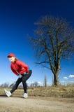Estiramentos da mulher após o corredor do país transversal Imagens de Stock Royalty Free