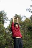 Estiramiento asiático feliz del hombre al aire libre Imágenes de archivo libres de regalías
