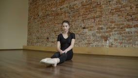 Estiramiento de la flexibilidad del gimnasta de la forma de vida de los fitnes del deporte metrajes