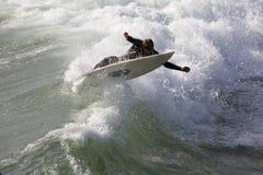 Estiramiento de la persona que practica surf Fotos de archivo libres de regalías