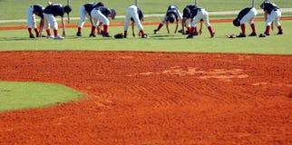 Estiramiento de las personas de béisbol Fotografía de archivo libre de regalías