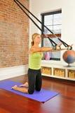 Estiramiento de Pilates con la barra en el país Foto de archivo