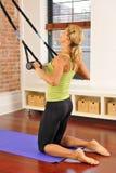 Estiramiento de Pilates con la barra en el país Foto de archivo libre de regalías