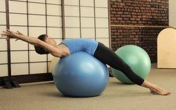 Estiramiento de Pilates en bolas del ejercicio Fotos de archivo