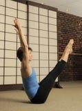 Estiramiento de Pilates en estudio del ejercicio Fotografía de archivo libre de regalías