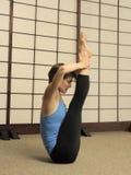 Estiramiento de Pilates en estudio del ejercicio Imagen de archivo