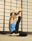 Estiramiento de Pilates en estudio del ejercicio Imagen de archivo libre de regalías