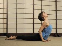 Estiramiento de Pilates en estudio del ejercicio Foto de archivo libre de regalías