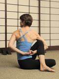 Estiramiento de Pilates en estudio del ejercicio Fotografía de archivo