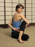 Estiramiento de Pilates en estudio del ejercicio Imagenes de archivo