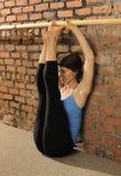 Estiramiento de Pilates en la barra del ballet Foto de archivo libre de regalías