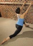 Estiramiento de Pilates en la barra del ballet Imagenes de archivo