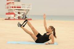 Estiramiento del anillo de Pilates en la playa Imagen de archivo libre de regalías