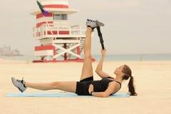 Estiramiento del anillo de Pilates en la playa Imágenes de archivo libres de regalías