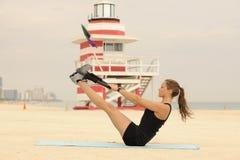Estiramiento del anillo de Pilates en la playa Foto de archivo libre de regalías