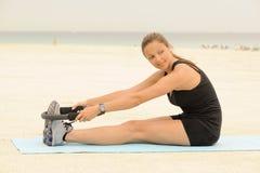 Estiramiento del anillo de Pilates en la playa Imagenes de archivo