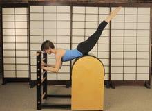 Estiramiento en el barril de Pilates Imagenes de archivo