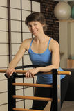 Estiramiento en el barril de Pilates Fotografía de archivo