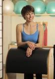 Estiramiento en el barril de Pilates Foto de archivo