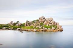 Estiramiento escénico de la costa rosada del granito, Francia Imagenes de archivo