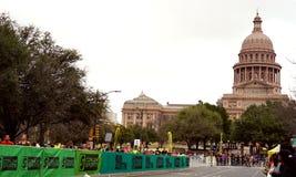 Estiramiento final del maratón de Austin a la meta fotografía de archivo