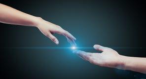 Estiramiento masculino y femenino de las manos (palmas) a cada uno más allá del horizonte Imagen de archivo libre de regalías