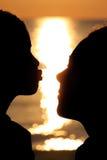 Estiramientos de la muchacha con beso a la mujer Fotografía de archivo