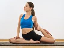 Estiramientos de la pierna de la yoga Fotografía de archivo libre de regalías