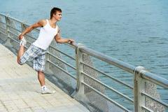 Estirar ejercicios antes de deporte Imágenes de archivo libres de regalías