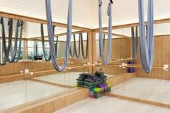 Estirar el interior del estudio con las hamacas de seda y los espejos de la yoga aérea imagen de archivo libre de regalías