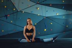 Estirar a la muchacha del gimnasta que hace ejercicios que se calientan fotografía de archivo libre de regalías